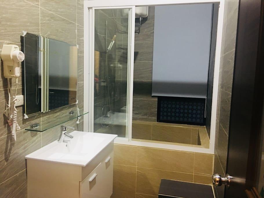 浴室內有浴缸