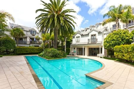 Sunny studio with use of pool in trendy Grey Lynn! - 奧克蘭 - 公寓