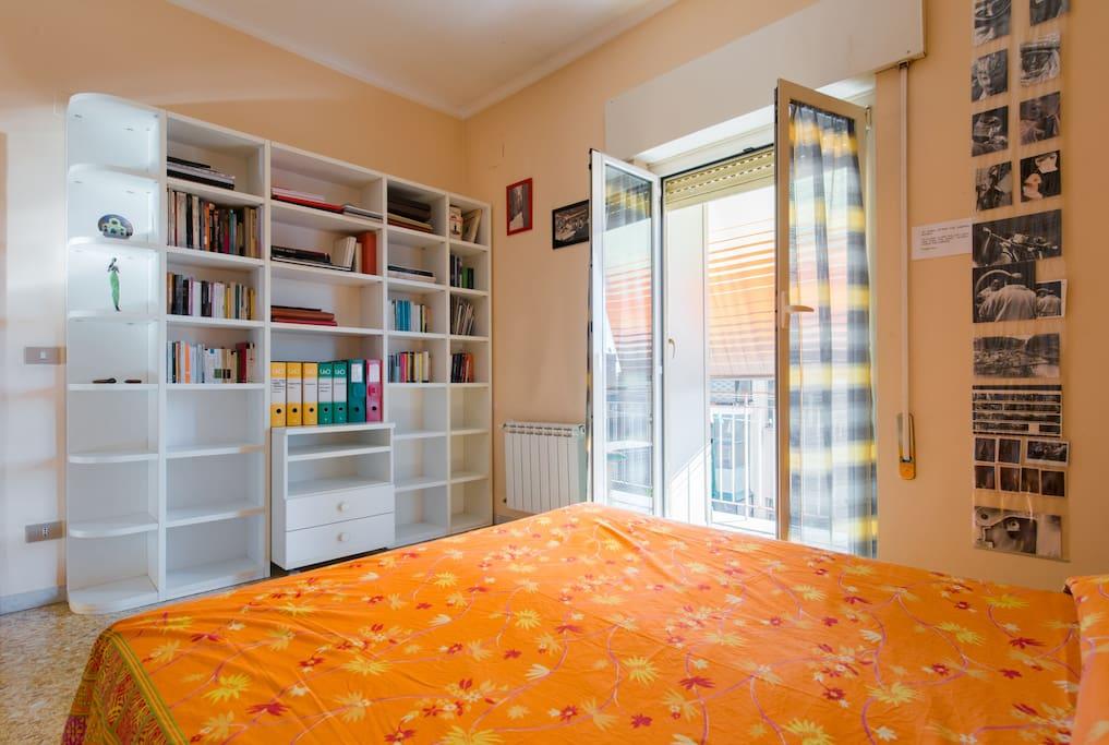 Camera da letto con libreria
