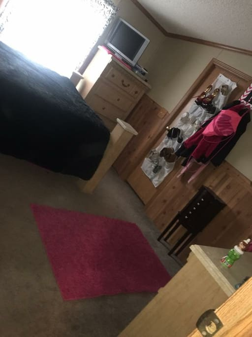 Queen bed. Tv no cable DVD player. Split floor plan. These 2 bedrooms are together.