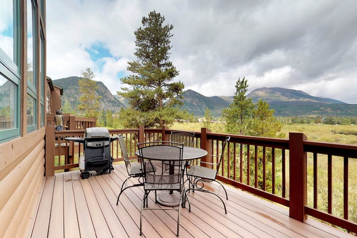 Beautiful condo with private hot tub, lake views, and fireplace
