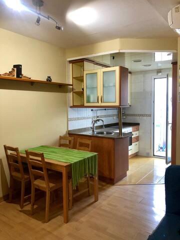 Salon comedor con cocina office.