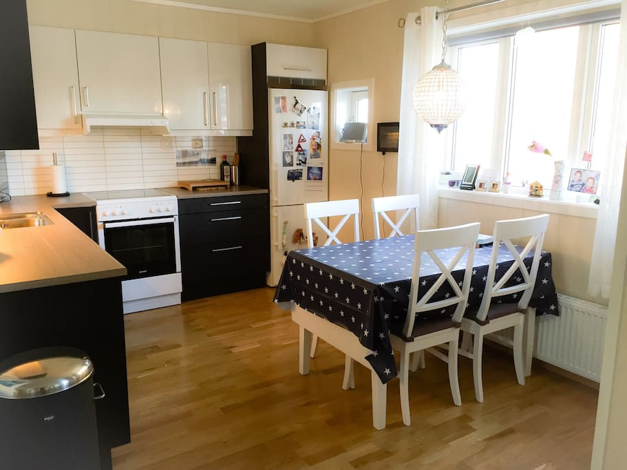 Fullt utstyrt kjøkken med spiseplass for inntil seks personer (bordet kan slås ut). Oppvaskmaskin, kjøleskap, fryser, stekeovn, vannkoker, blender, mikrobølgeovn.