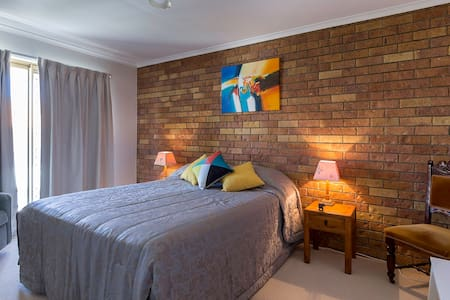 Funky Townhouse. Short stroll Beach @ Dining. Rm 1 - Redcliffe