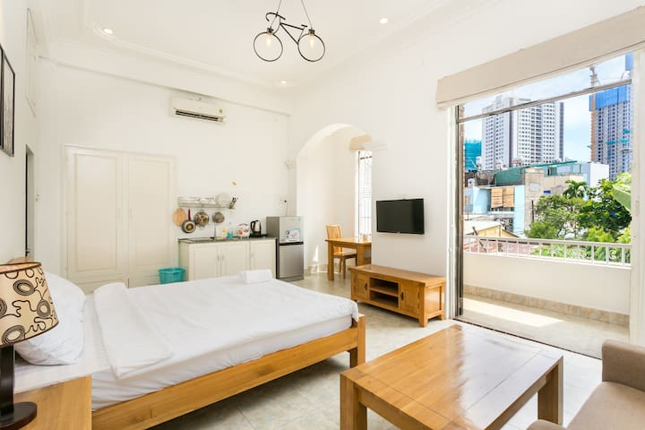 Private Room w/ Balcony, 5' to Ben Thanh Market