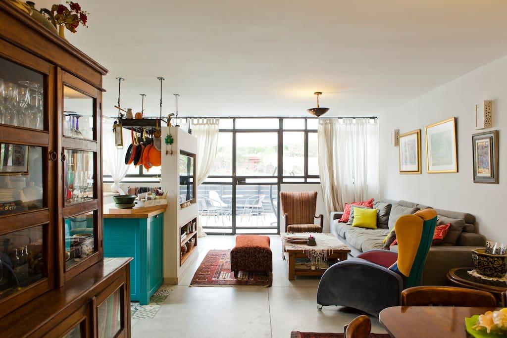 Open plan, light & airy living room & larg kitchen
