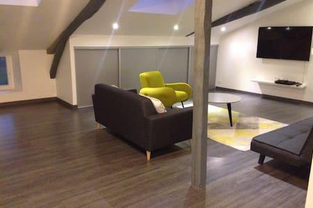 Grande chambre lumineuse et confortable.