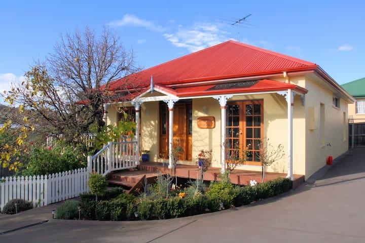 Pepperberry Cottage - Quayside Cottages Hobart - Bellerive - House