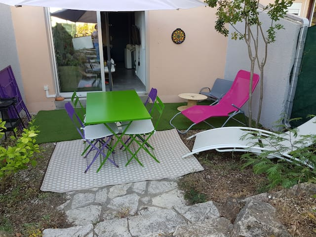 Appartement entièrement rénové avec jardin.