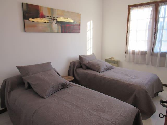 chambre avec 2 lits de 0.90
