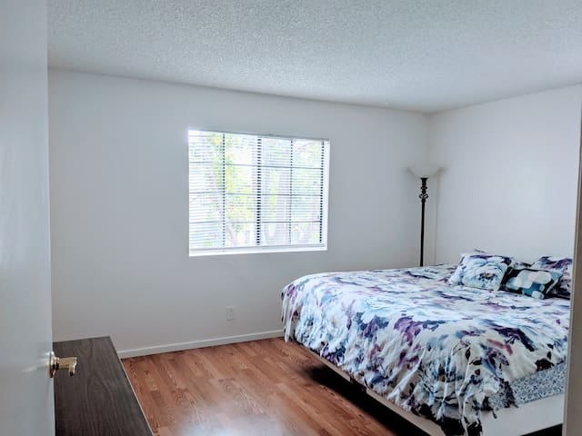 Central & Spacious Room w King Bed