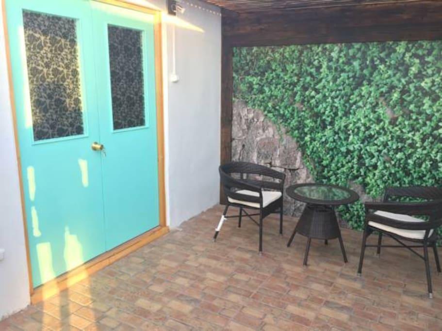 pequeña sala de estar al aire libre