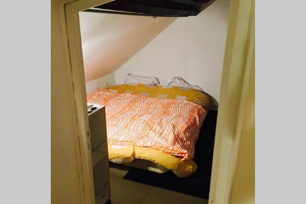 Une chambre privée avec un lit double