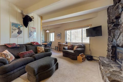 2BR Private End Unit,  Lake View, Fireplace
