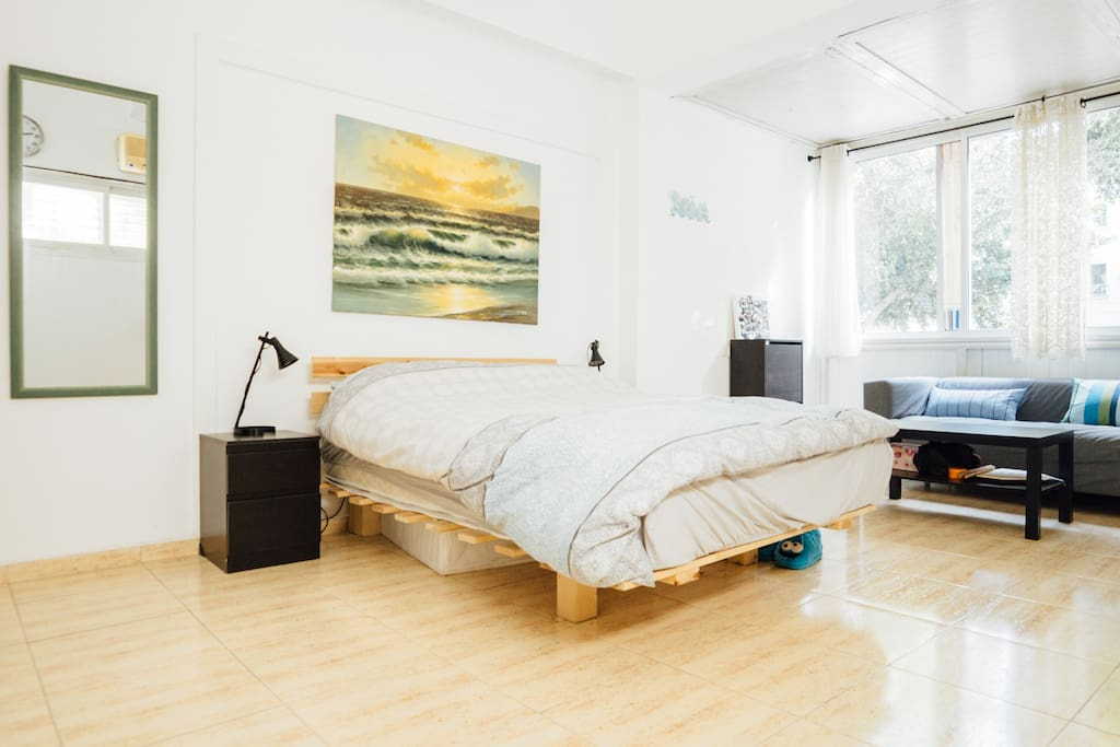 Main beroom - Spacious bedroom, with a nice place to sit at