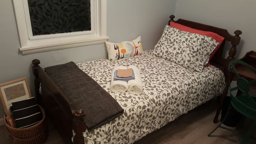 Private Twin Bed Shared Bath C2 - Philadelphia - House