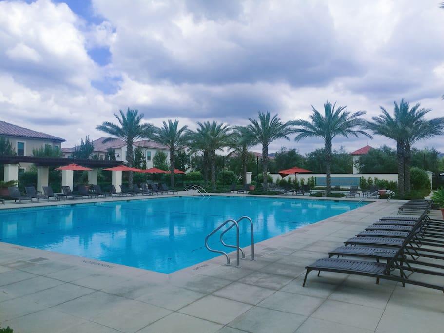 小区里的免费公共游泳池