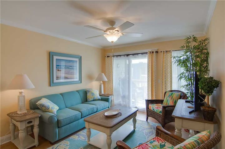 Stay in the Heart of IOP, Cross the Street to the Beach, Recently Renovated & Community Pool!
