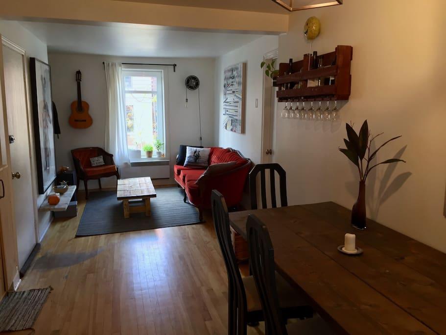 Une pièce à vivre aéré et lumineuse, ou chacun peut avoir un coin pour sois