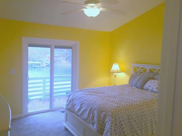 3 bedroom lakehome w Dock and Hot Tub! - Lake Ozark - Dom