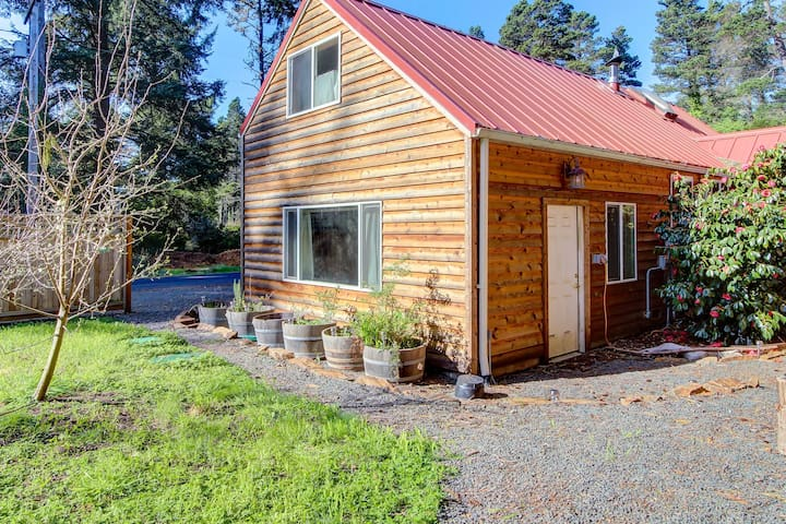 Quiet, dog-friendly cabin close to the beach with tons of character!