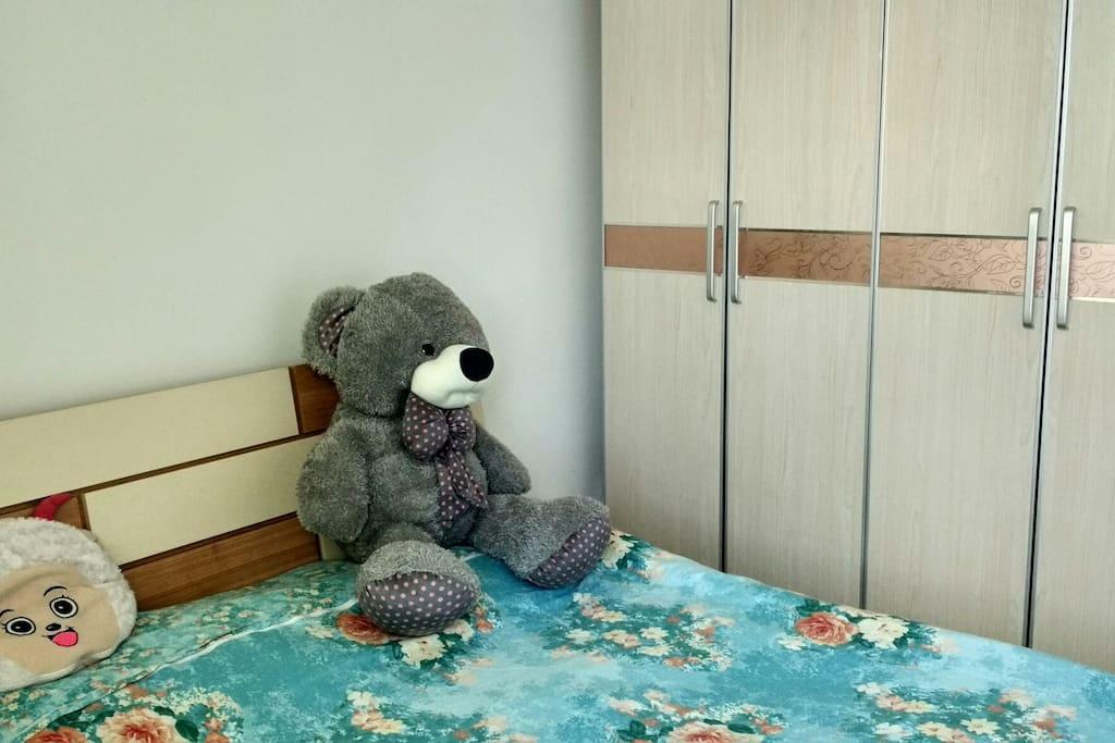 这只大灰熊是房东爱人送她的第一个礼物