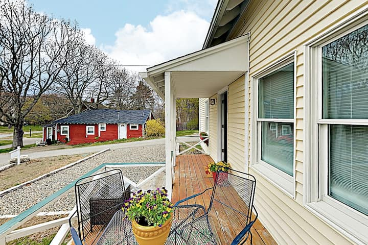 Cozy cottage on the coast w/ private patio, gas grill, & perfect location!