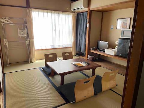 Stanica Nishijozawa sa nachádza 8 minút chôdze od Medlife Dome a 10 minút jazdy od zábavného parku Nishibuen Showa Retro v japonskom štýle * Parkovanie je k dispozícii