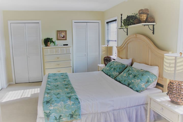 SERENITY: Secluded Waterfront CONDO with CAR