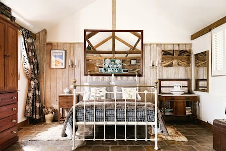 Rustic Luxury cosy cottage, studio with a view. CR