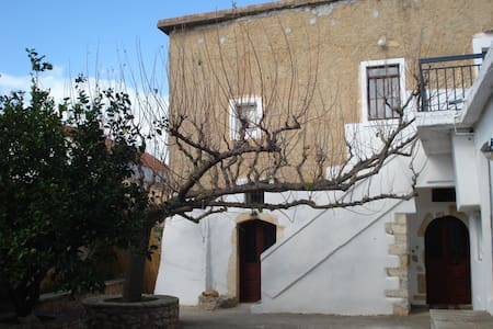"""Athenae"" Old cottage house - Kefalas"
