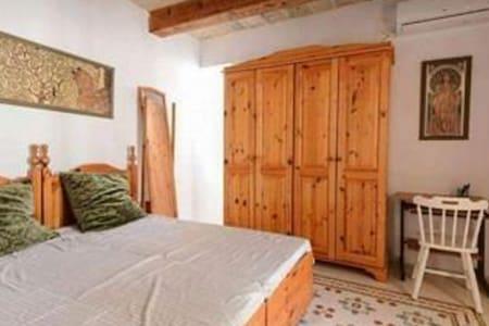 Doublebedroom in 400year old typical Maltese house - Birkirkara