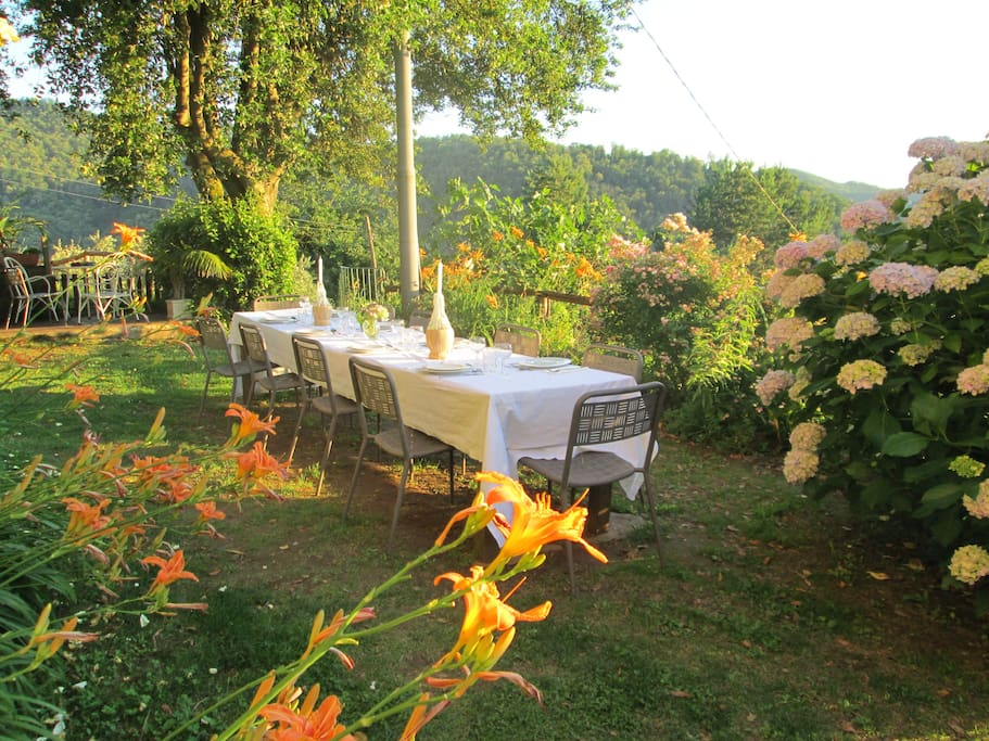 Dining al fresco at Le Mura Villa Tuscany