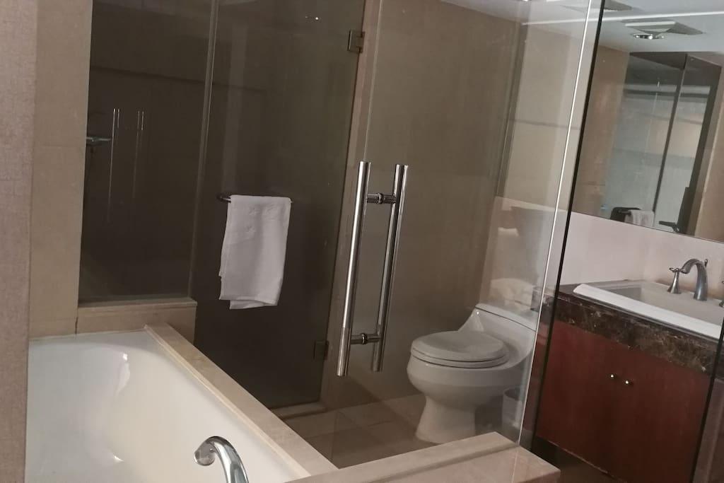 楼上卫生间,浴室,浴缸
