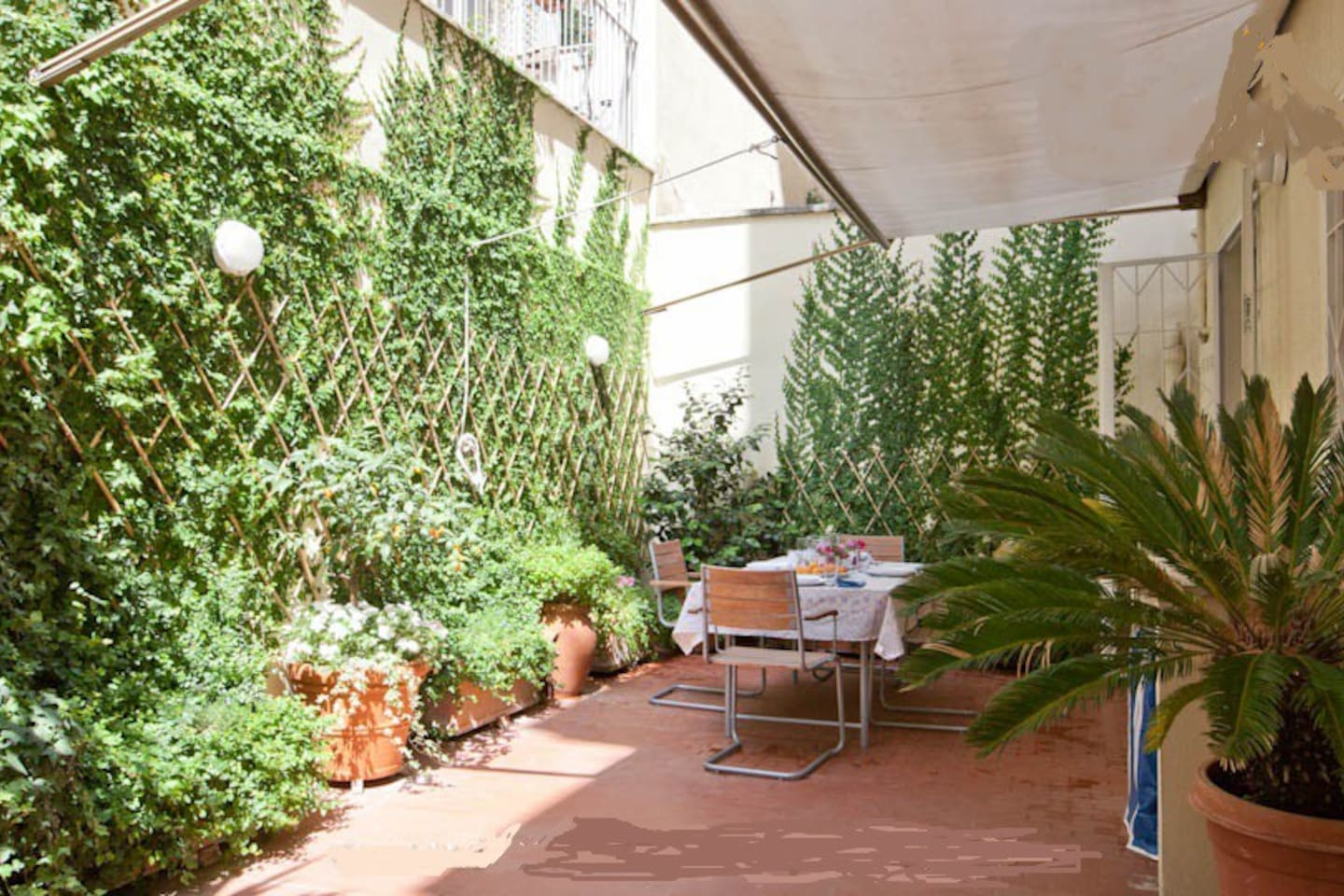 50 sqm terrace with table plants and sun bed with comfortable washing machine