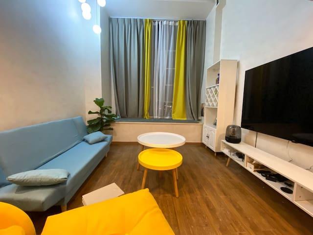 绎心'house 是两室一厅的公寓,附近有地铁一号线和红星路南延线快速路,距春熙路25min车程
