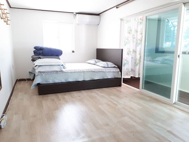 가장 큰 방입니다! 침대에서 2분 주무실 수 있고 바닥도 성인 여러분이 주무실 수 있는 공간이 충분합니다. 티비도 있어요! 에어컨도 각 방마다 있습니다!