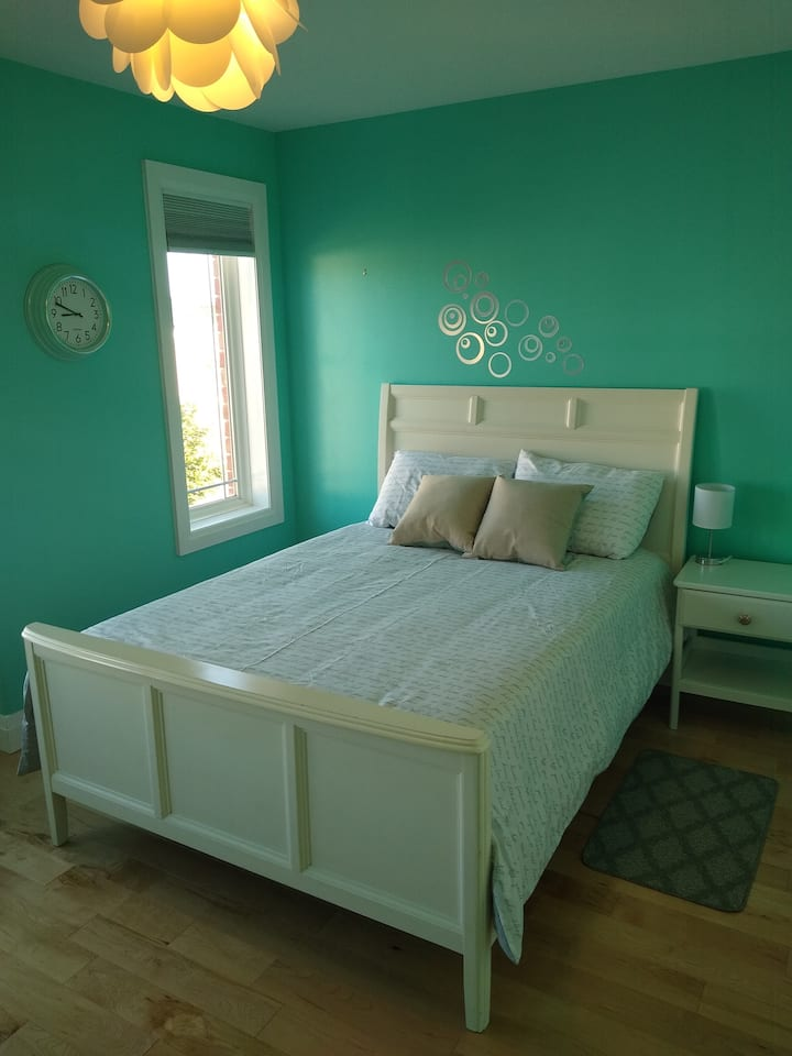 Bright and beautiful room by the escarpment/lake