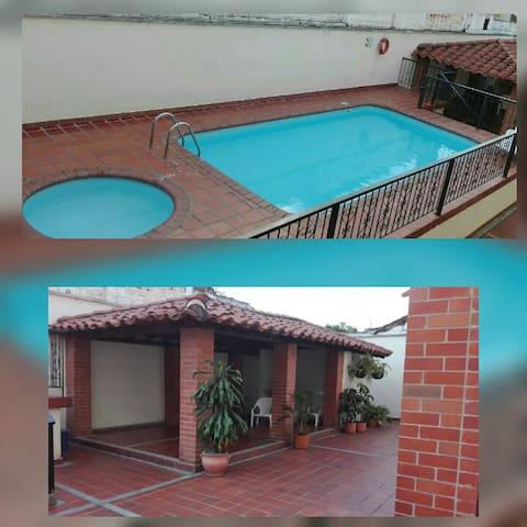Dos piscinas y kiosco para relajarnos...