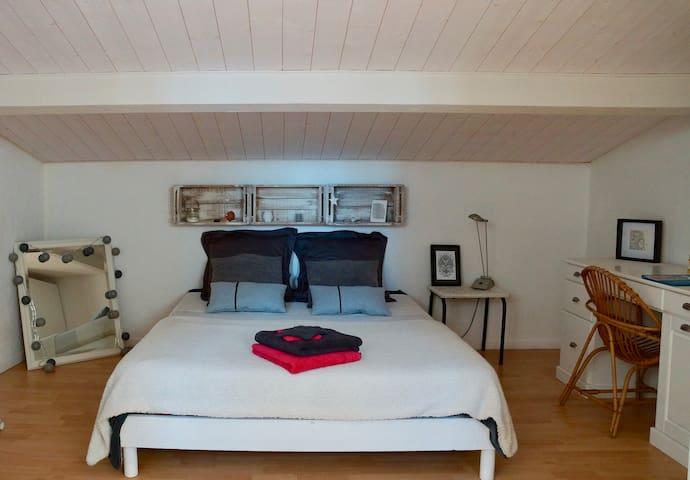 Serenity bedroom in 8 km beaches