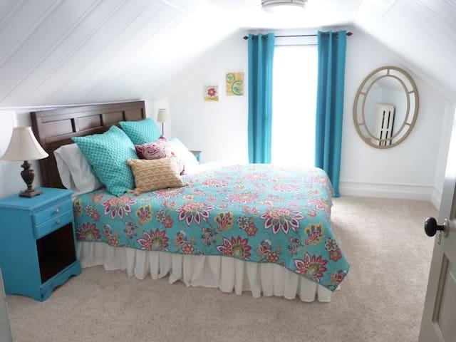 2nd queen bedroom upstairs.