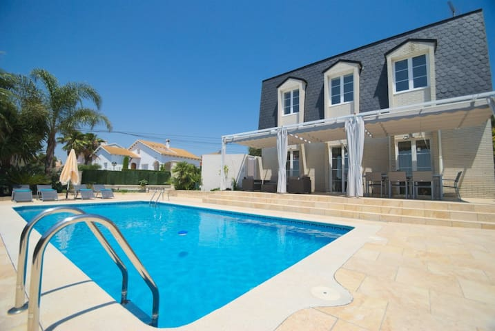 Oasis luxury villa with private pool and gym