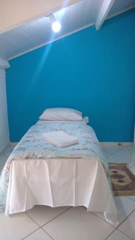Quarto 3 (suíte no andar superior) - 1 cama de casal, 2 de solteiro, ar condicionado e televisão 32'