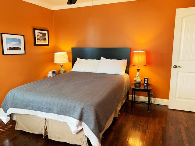 Orange Room - Stay with a local close to Main.