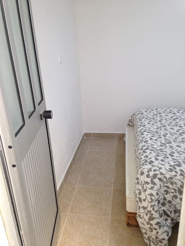 Room near the subway (blue line) - Lisboa - Apartment