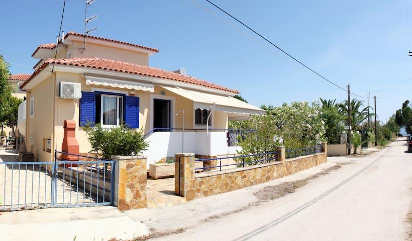 Cozy holiday house near the beach (2 min. walk)
