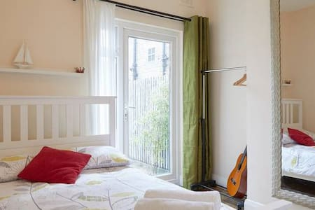 Gorgeous double room with garden access