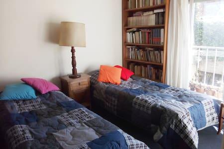 Habitación doble, muy luminosa y tranquila.