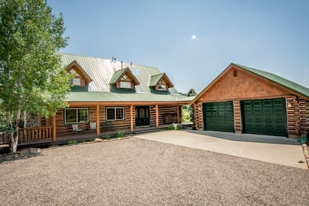 Luxury Log Home On 7+ Acres with Hot Tub - Pagosa Springs