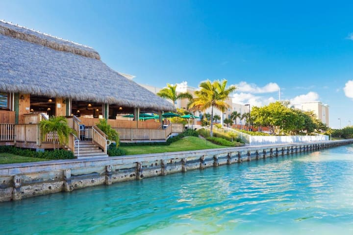 Couple's Getaway, Close to Attractions, Parking
